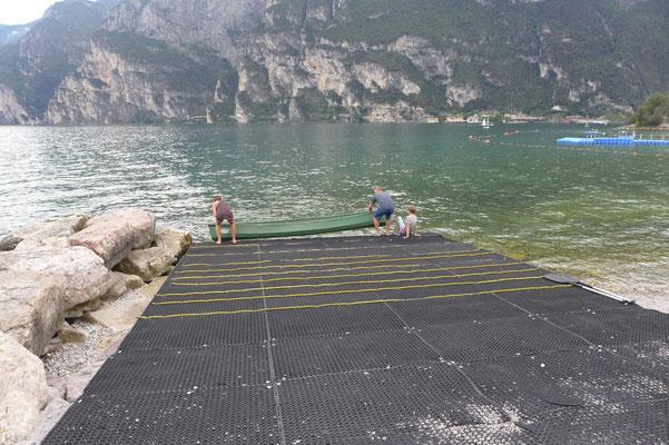 Das Boot wird zu Wasser gelassen.
