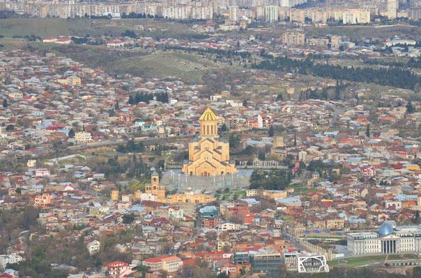 Aussicht auf die Tiflis Sameba Kathedrale vom Vergnügungspark