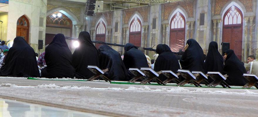 Im Iman Khomeni Schrein ist es selbstverständlich Pflicht, das alle Frauen Tschador tragen.