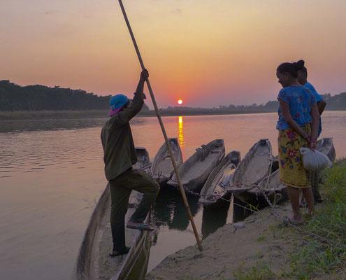 Sonnenuntergang über dem East Rapti River, nach einer wunderbaren Wanderung durch den Chitwan National Park.