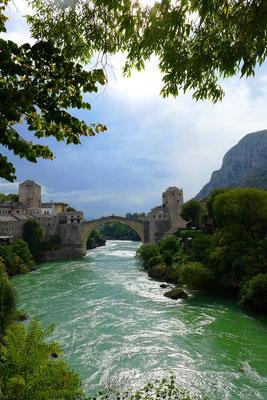 Die berühmte Stari Most in Mostar wurde während dem Krieg zersört und anschließend wieder aufgebaut. Sie ist heute Symbol für das Zusammenleben von verschiedenen religiösen, kulturellen und ethnischen Gemeinden.
