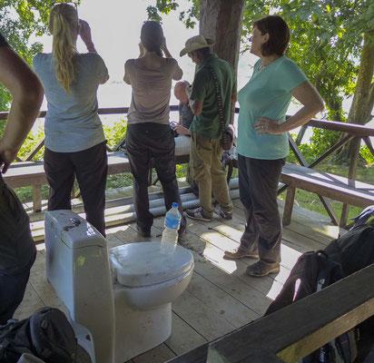 auf Hochsitze, mit Toiletten ohne Abfluss,