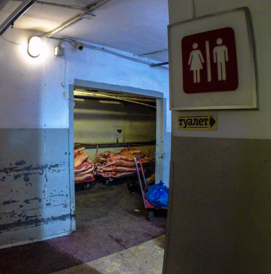 Die unterirdischen Wege zu den Toiletten finden wir bei all dem schönen und coolen, dann doch etwas gruselig.