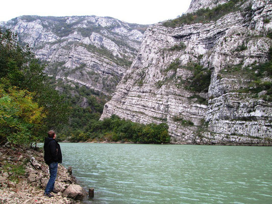 Die Neretva hat sich ihren Weg durch das Gestein Nahe Mostar gebildet.