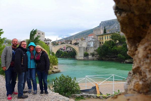 An schönen Tagen kann man sogar Jugendliche beobachten, die von der Brücke in den Fluß springen.