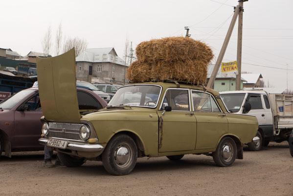 Und wenn der Kofferraum schon mit Schafen und Lämmern voll ist, packt man das Futter einfach aufs Dach.