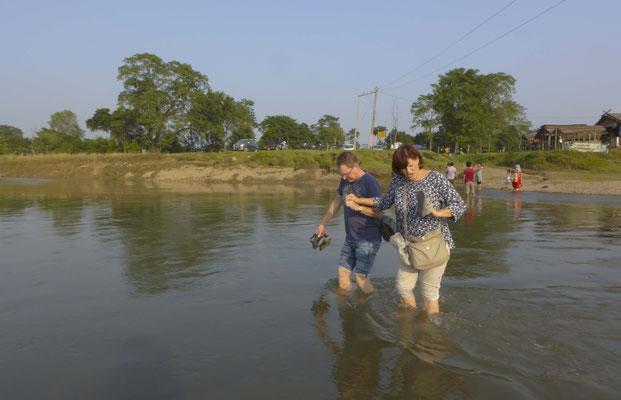 Der Weg zur Elefantenaufzuchtstation führt entweder zu Fuß durch den Fluss...