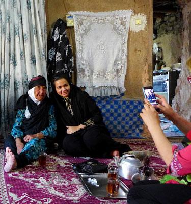 Traditionelle und moderne Frauen... man freut sich zusammen.