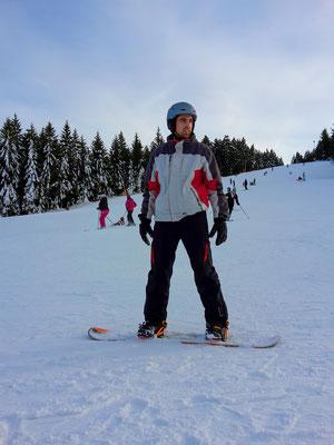 Während Ann-Katrin Julia und Andi vom Snowboard überzeugen will.