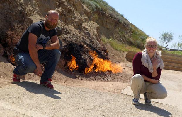 Das Feuer kommt hier seit jahrtausenden aus dem Boden. Und brennt bei jedem Wetter!