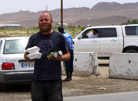 Zur Stärkung bekommen wir Ghorm-e Sabzi mit Reis und Cola vom Fahrer im Hintergrundgeschenkt.