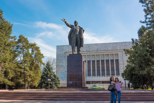 Modern and historic. Lenin greets the students.