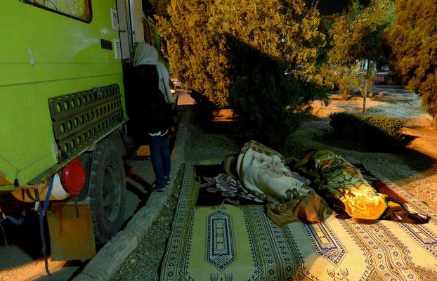 Nachts um 2: Die Iraner scheinen sich in Coocies Nähe sicherer zu fühlen als auf dem Platz 2m weiter... Können wir verstehen.