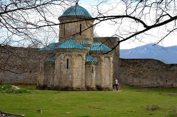 Und dann plötzlich sogar ein ganzes Kloster. Das allerdings seit Jahren verlassen ist.