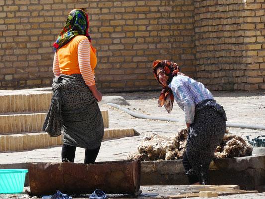 Frauen reinigen die Schaffelle an der Quelle im Ort