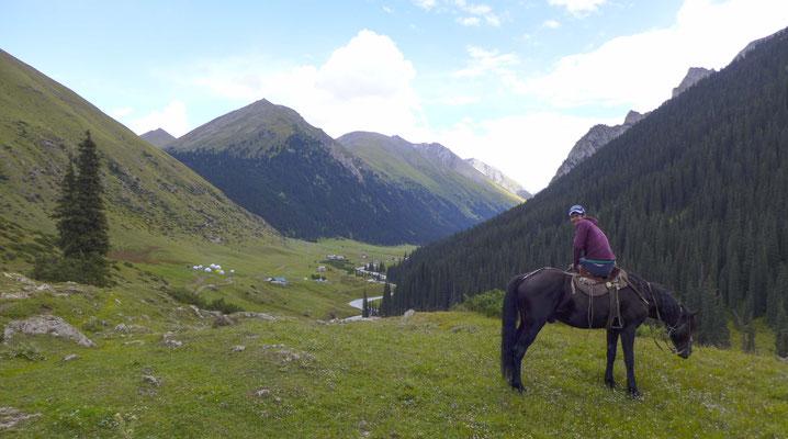 Der Blick auf das Tal nach langer Reittour.
