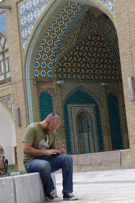 Mit dem Handy spielen... in den Moscheen üblich.