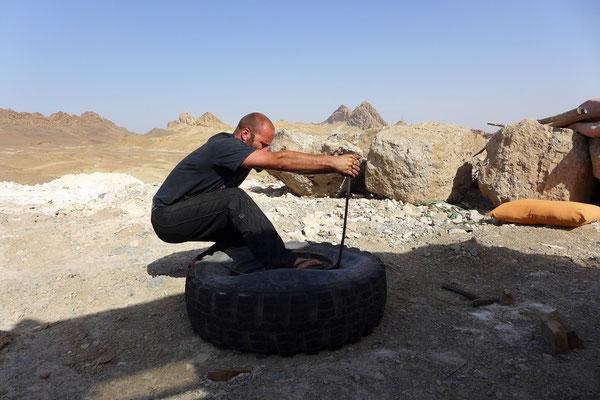Kaum sind wir der Polizei entkommen, hält uns mal wieder ein Platter Reifen auf. Aber Jörg ist mittlerweile ziemlich fix.