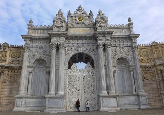 Einer der Eingänge zum Palast Dolmabahce