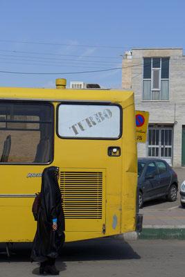 In Bussen gilt Geschlechtertrennung. Männer vorne, Frauen hinten.