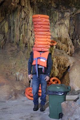Warten in der Tropfsteinhöhle Pyrgos Dirou. Da wird manch Dummheit ausgeheckt.
