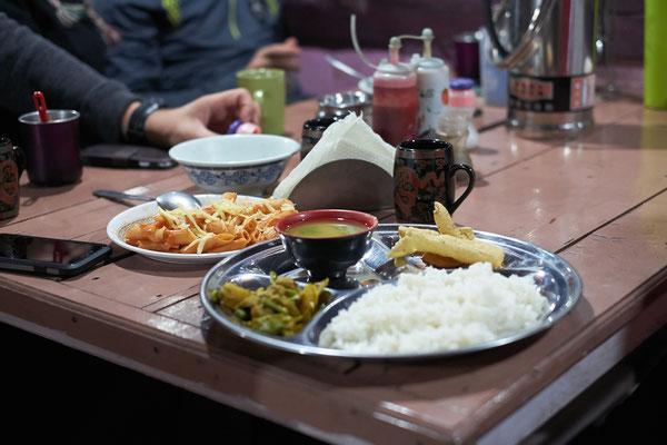 Dal Bhad. Nepli essen es zum Frühstück und zum Abendessen.