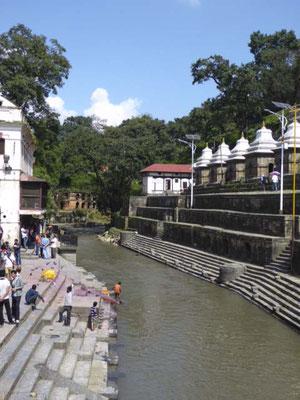 Alle anderen werden auf den Steinplattformen verbrannt, die Asche gelant mit dem Wasser in den heiligen Fluß Ganges.