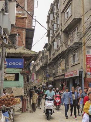 Wusseliges Kathmandu. Durch die engen Straßen quetscht sich alles.