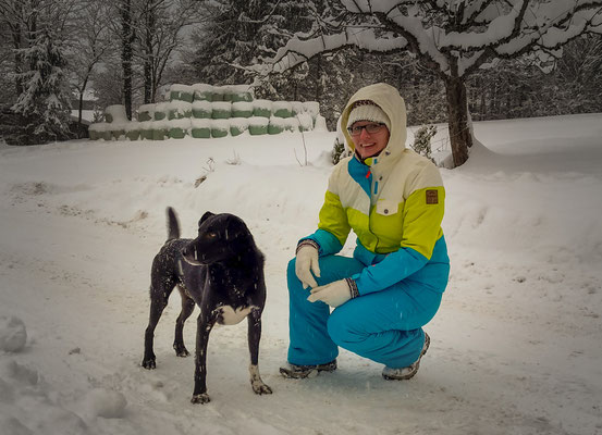 Und auch Barni freut sich über das kalte Weiß.