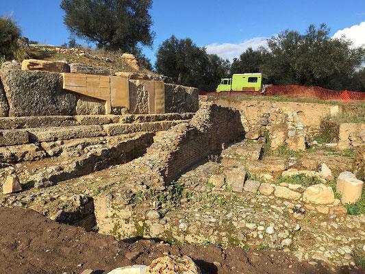 Etwas mehr hatten wir von Sparta schon erwartet. Dafür konnten wir mit Coocie bis fast in die Ausgrabung hinein..