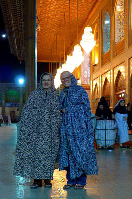 Alle Heiligtümer werden aus Respekt mit Tschador besichtigt.