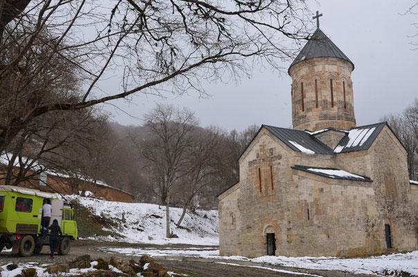 Auf dem Weg durch Matsch und Schlamm taucht plötzlich eine kleine Kirche auf.