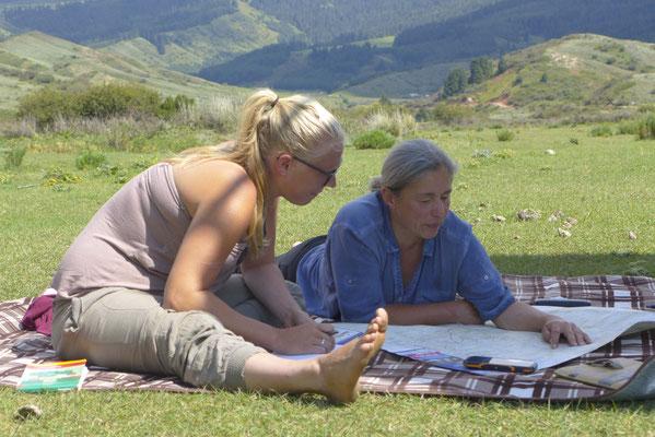 Ines und Ann-Katrin tauschen Infos über die Mongolei und den Iran aus.