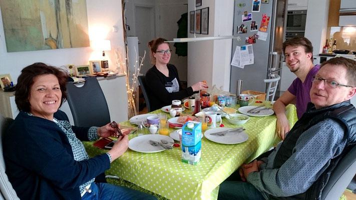Familienfrühstück bei meiner Schwester