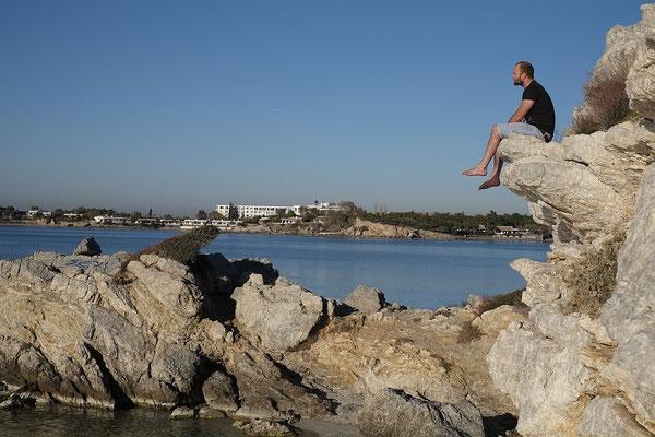 Sommerliche Temperaturen einen Tag vor Weihnachten.  Strand bei Agios Dimitrios