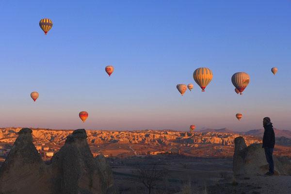 Die Luftballons steigen bei gutem Wetter jeden morgen bei Sonneaufgang.