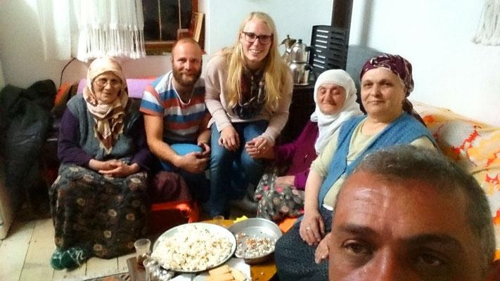 Die Türken sind sehr, sehr gastfreundlich. Hier sind wir spät Abends zu einer Teeparty eingeladen. Die Ladies sind 74, 80 und 85...