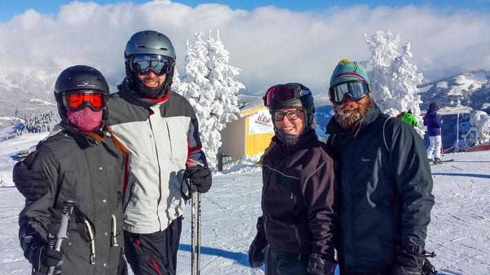 Mit Julia, Andi, Marc und Ann-Katrin's Schwester kugeln wir uns am Wilden Kaiser im Neuschnee,