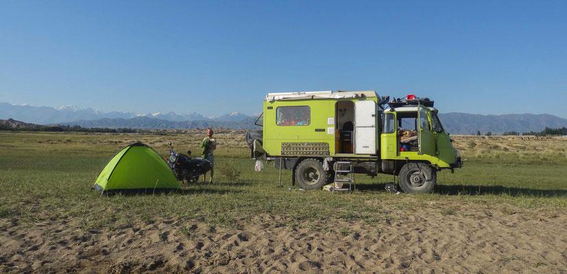 Aber in der Natur lässt es sich auch mit dem Zelt gut übernachten. (Issyk kul in Kirgistan)