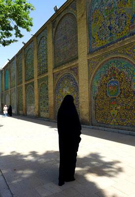 Aber auch im alltäglichen Leben sieht man viele Frauen im Tschador. Golestan Palace...