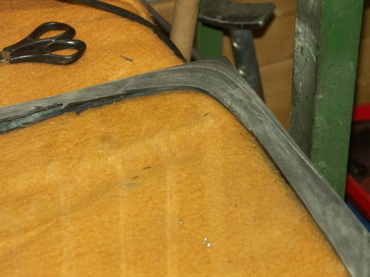 We used two 19 '' rim tapes for a bicycle as gasket for the glass, as the part from the partshouses has too tight a fit.