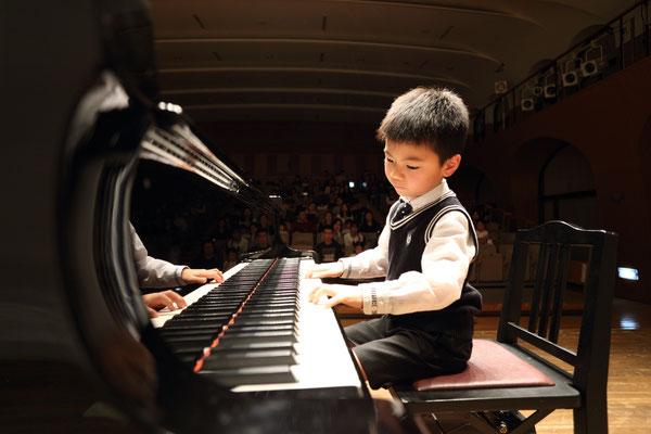 男の子のピアノ独奏