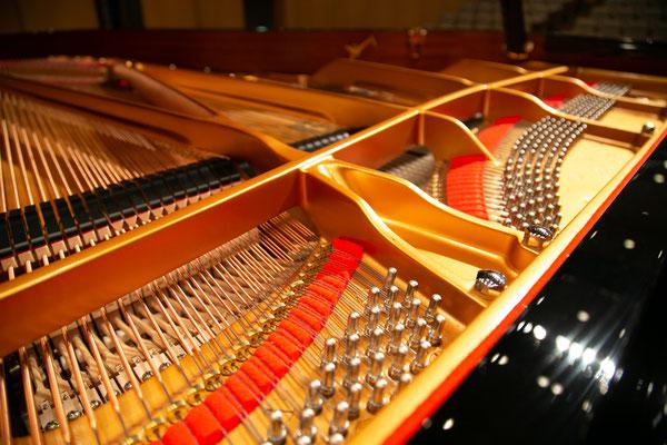 金赤黒のカラーで構成されたグランドピアノ
