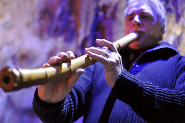 Günter Müller spielt die große ZEN- Flöte Shakuhachi in der Dechenhöhle