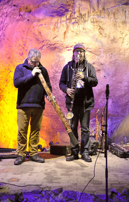 Günter Müller spielt Didgeridoo im Höhlenkonzert Colors of sounds