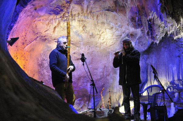 Günter Müller (Fujara) mit Heiner Wiberny im Höhlenkonzert Colors of sounds