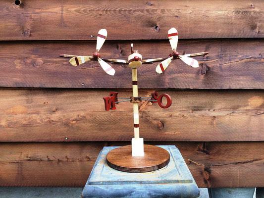 aereo bimotore segnavento in legno