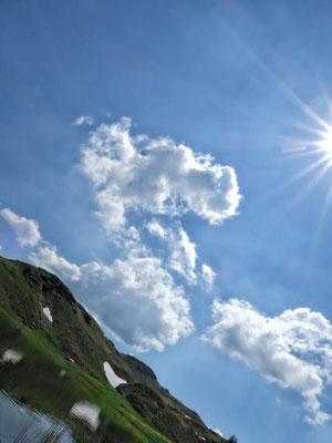 liegend in den Himmel schauen