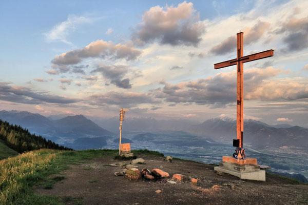 Gipfelkreuz im goldenen Licht