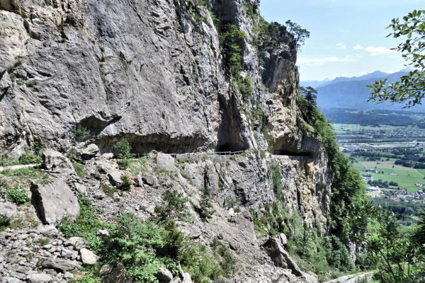 Weg, in den Fels geschnitten